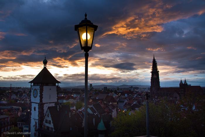 Der Himmel brennt über Freiburg.
