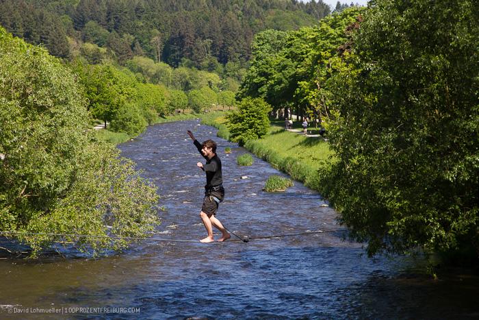 Wasserläufer: Slackline über die Dreisam