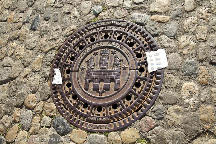 Gullydeckel Streetart in Freiburg (1)