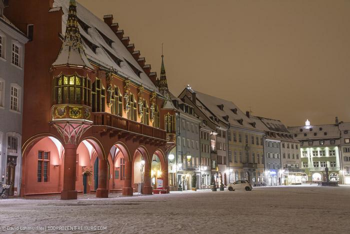 Freiburger Münsterplatz im Schneekleid